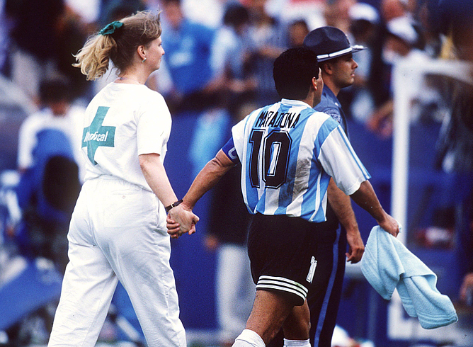 ЧМ-1994. После матча Аргентина - Нигерия Марадону уводят на процедуру допинг-контроля.