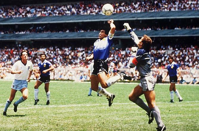 ЧМ-1986. Марадона забивает гол рукой в ворота сборной Англии.
