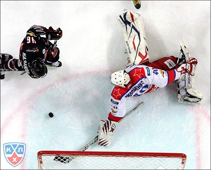 """Максим Казаков атакует ворота """"Красной Армии"""""""