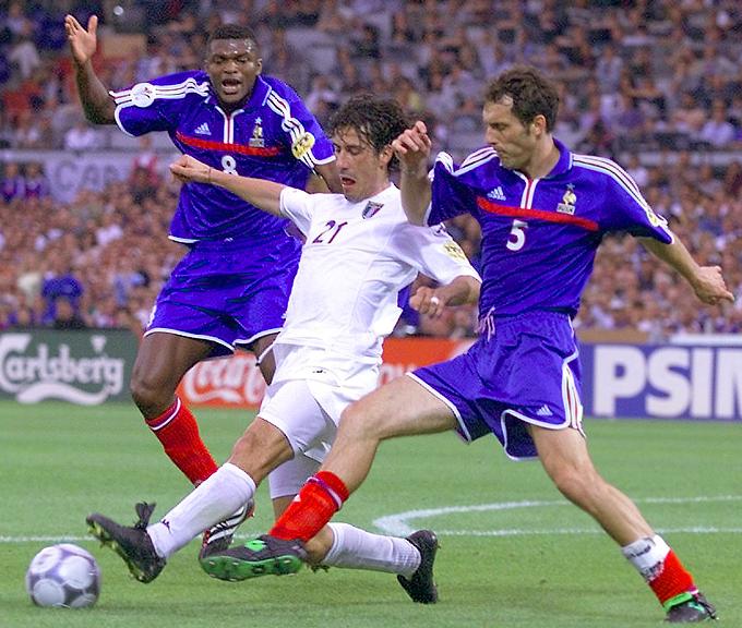 Финал Евро-2000. Французы Марсель Десайи и Лоран Блан против итальянца Марко Дельвеккьо