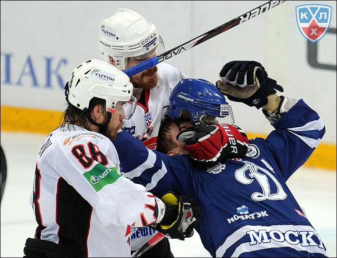 Андрей Иванов (второй слева) в борьбе у своих ворот