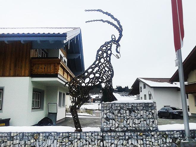 Знаменитая фигура козла из подков в австрийском Рамзау
