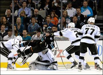 "21 мая 2013 года. Сан-Хосе. Плей-офф НХЛ. 1/4 финала. Матч № 4. ""Сан-Хосе"" — ""Лос-Анджелес"" — 2:1. Ти-Джей Гальярди атакует даже сверху"