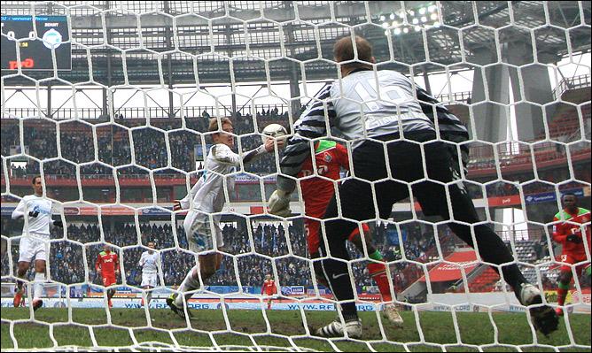 Томаш Губочан играет рукой