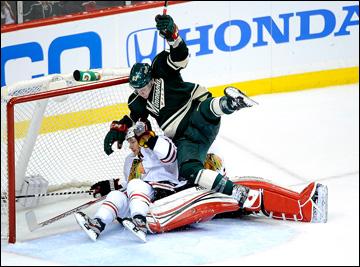 """7 мая 2013 года. Сент-Пол. Плей-офф НХЛ. 1/8 финала. Матч № 4. """"Миннесота"""" — """"Чикаго"""" — 0:3. Чарли Койл атакует ворота """"Чикаго"""""""