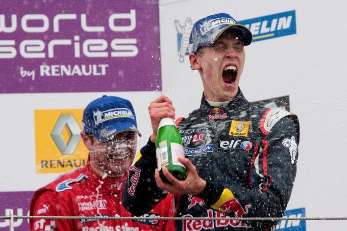 Квят празднует победу в гонке на российском автодроме Moscow Raceway