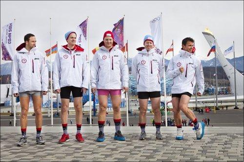 Норвежские кёрлингисты сфотографировались без штанов на фоне олимпийского огня
