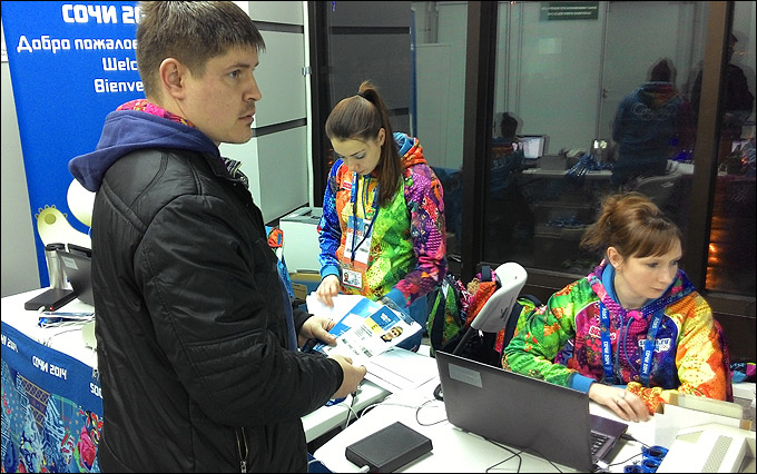 """Корреспондент """"Чемпионат.com"""" Андрей Иванов получает свой олимпийский паспорт"""
