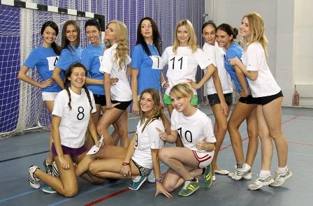 """Футболисты """"Волги"""" сыграли в футбол с финалистками конкурса красоты"""