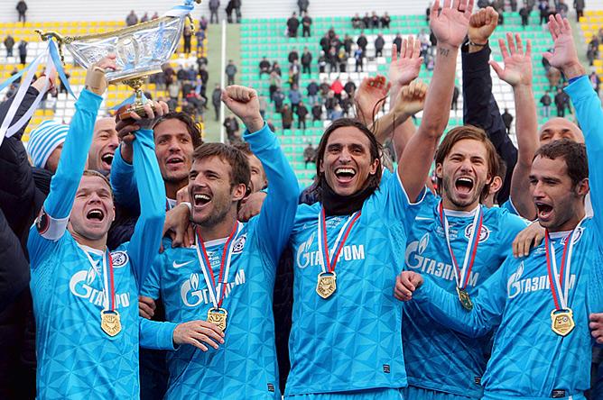 Александр Лукович (второй слева) празднует с партнёрами по команде победу в Суперкубке России-2011/2012.