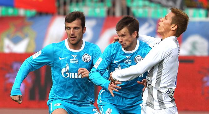 Александр Лукович (слева) и Сергей Семак ведут борьбу с хавбеком ЦСКА Кейсуке Хондой.