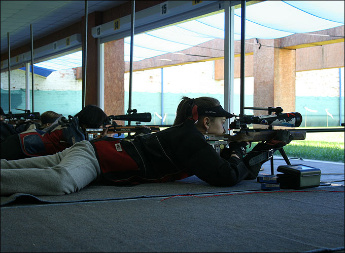 Винтовочная стрельба из трёх положений продолжалась с раннего утра и до поздней ночи