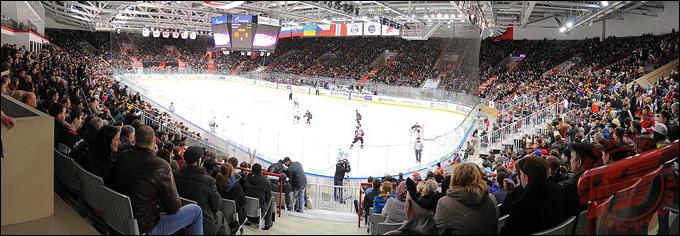В Омске на молодежную команду собралась полная арена — почти 10 тысяч человек!
