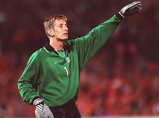 6 сентября 1997 года. Вратарь сборной Нидерландов Эдвин ван дер Сар в отборочном матче ЧМ-1998