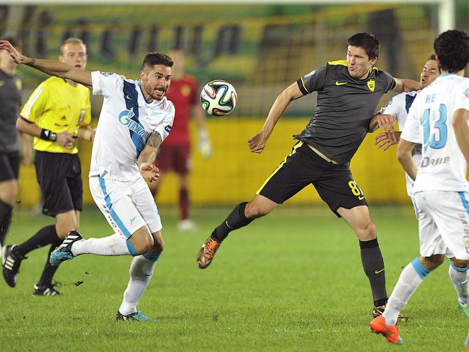 Илья Максимов (в тёмной футболке) дирижирует всеми атаками «Анжи»