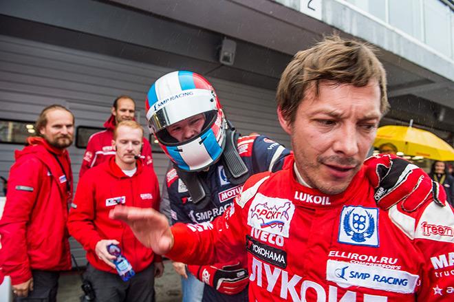 Даже выиграв гонку, Алексей Дудукало (справа) не настроен болтать с соперником, чье поведение по ходу заезда он посчитал некорректным