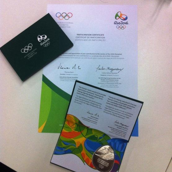 Сертификат и медаль для журналистов