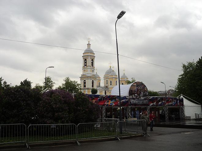 В Питере прохладно. Серое небо и мелкий дождик