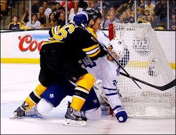 """10 мая 2013 года. Бостон. Плей-офф НХЛ. 1/8 финала. Матч № 5. """"Бостон"""" — """"Торонто"""" — 1:2. Дэвид Крейчи ведет борьбу с Карлом Гуннарссоном"""