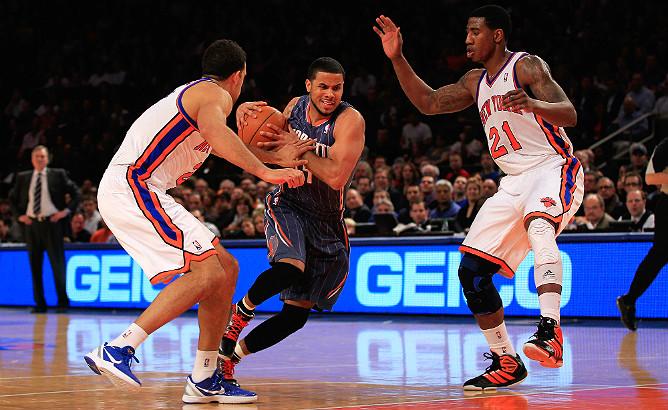 """Ди Джей Огустин пытается обыграть Лэндри Филдса и Имана Шумперта в матче """"Нью-Йорк"""" — """"Шарлотт"""" в Madison Square Garden"""