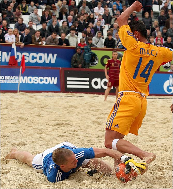 Андрей Бухллицкий в ногах забирает в ногах мяч у Мачи, лидера сборной Румынии