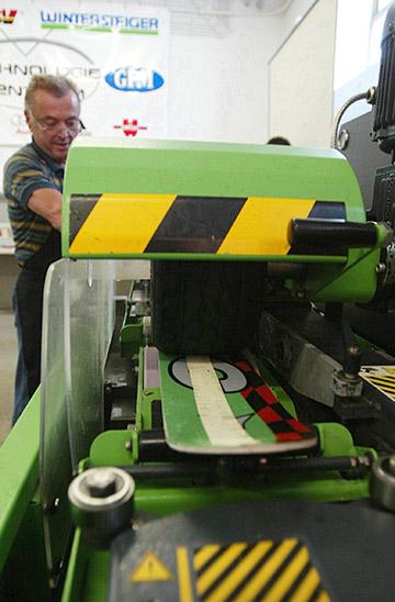 Структура скользящей поверхности — это рисунок, который образуется на пластике лыжи после обработки на штайн-шлиф машине