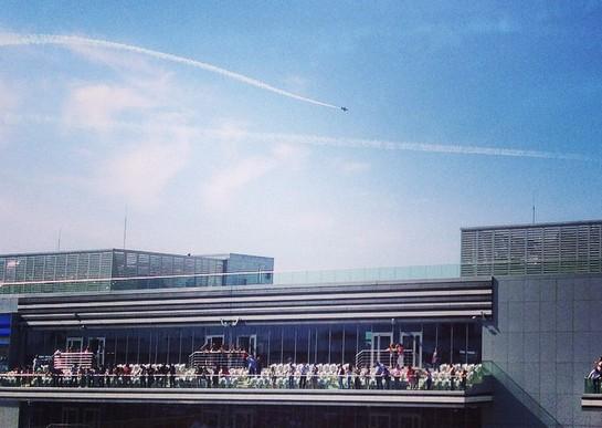 Самолёты над трассой. Фото — instagram.com/artemzagumennov