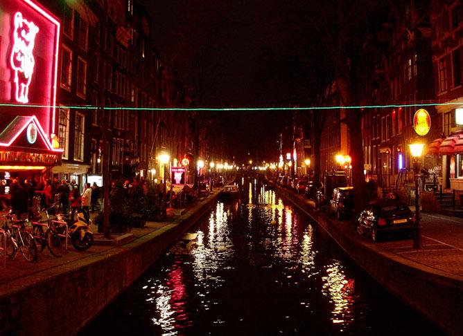 Квартал красных фонарей привлекает к себе туристов со всего мира