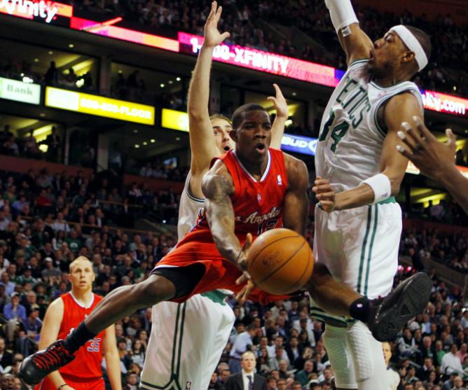 """Игроки """"Бостона"""" Пол Пирс и Ненад Крстич пытаются помешать Зрику Бледшо отправить мяч в кольцо."""