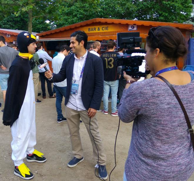 Телерепортёры любят приглашать в кадр болельщиков в необычных костюмах