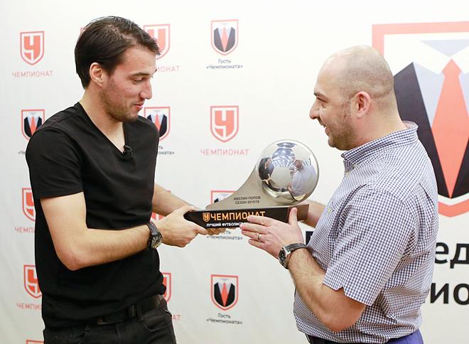 Главный редактор «Чемпионата» Самвел Авакян вручает Ивелину Попову приз лучшему футболисту сентября в РФПЛ