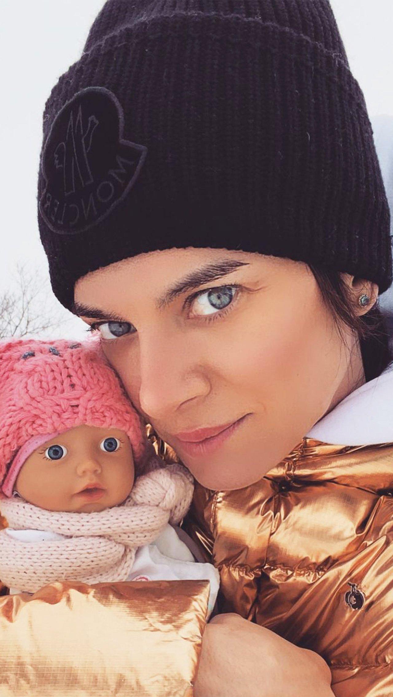 После 2013 года Елена стала женой и мамой: вышла замуж за легкоатлета Никиту Петинова. Сейчас в семье двое детей – дочь Ева и сын Добрыня.