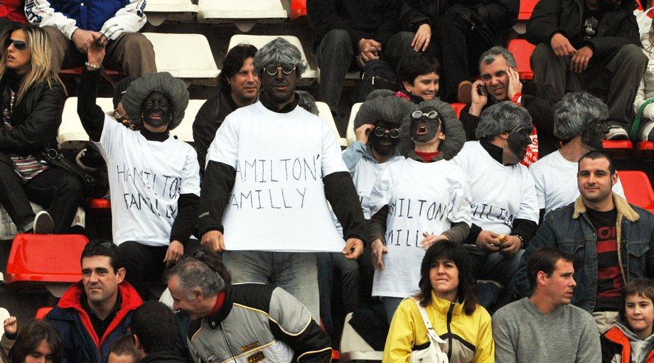 Болельщики на зимних тестах в Барселоне в 2008 году