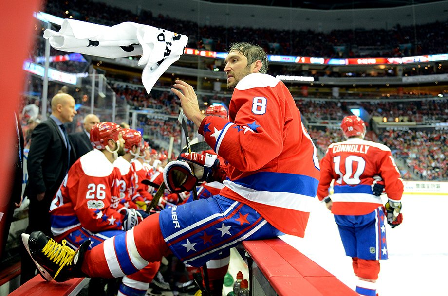 Овечкин не глядя кинул полотенце на голову двухметровому Харе. Забавный момент в НХЛ