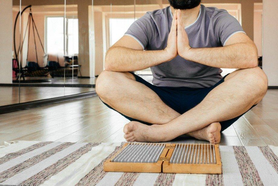 Как выбрать доску Садху и встать на гвозди, чем полезно стояние на гвоздях
