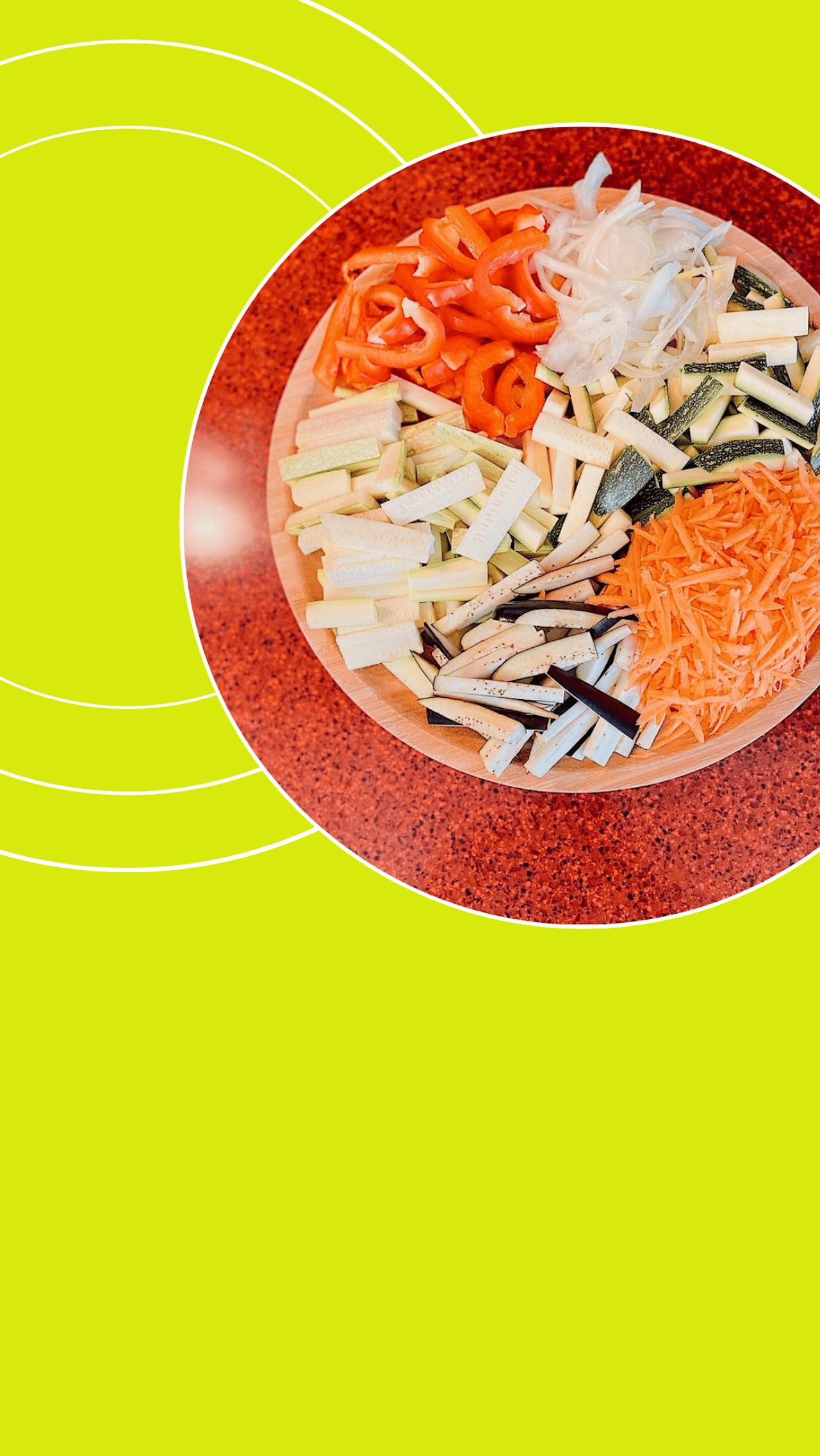 Кабачок, цукини, баклажан и болгарский перец (любого цвета) нарезать соломкой. Лук — перьями, а морковку натереть на крупной тёрке (желательно, специальной — для корейской моркови). <br/>