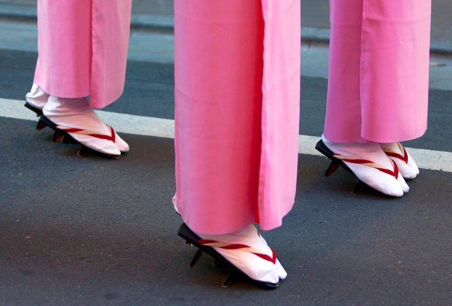 Что такое таби и какие бренды выпустили кроссовки с раздвоенным носком?