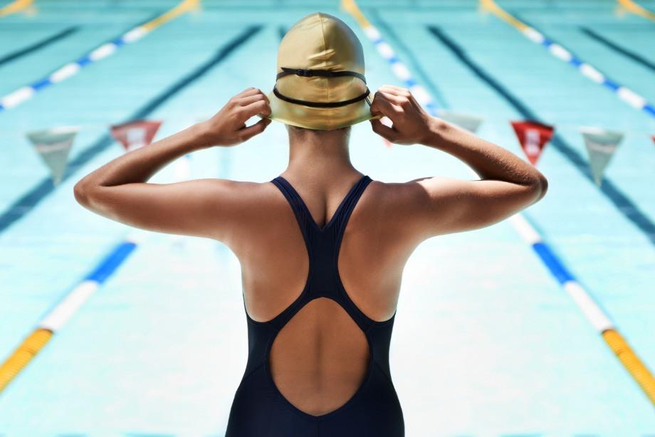 Как хлорированная вода влияет на волосы? Почему обязательно надевать шапочку в бассейн?