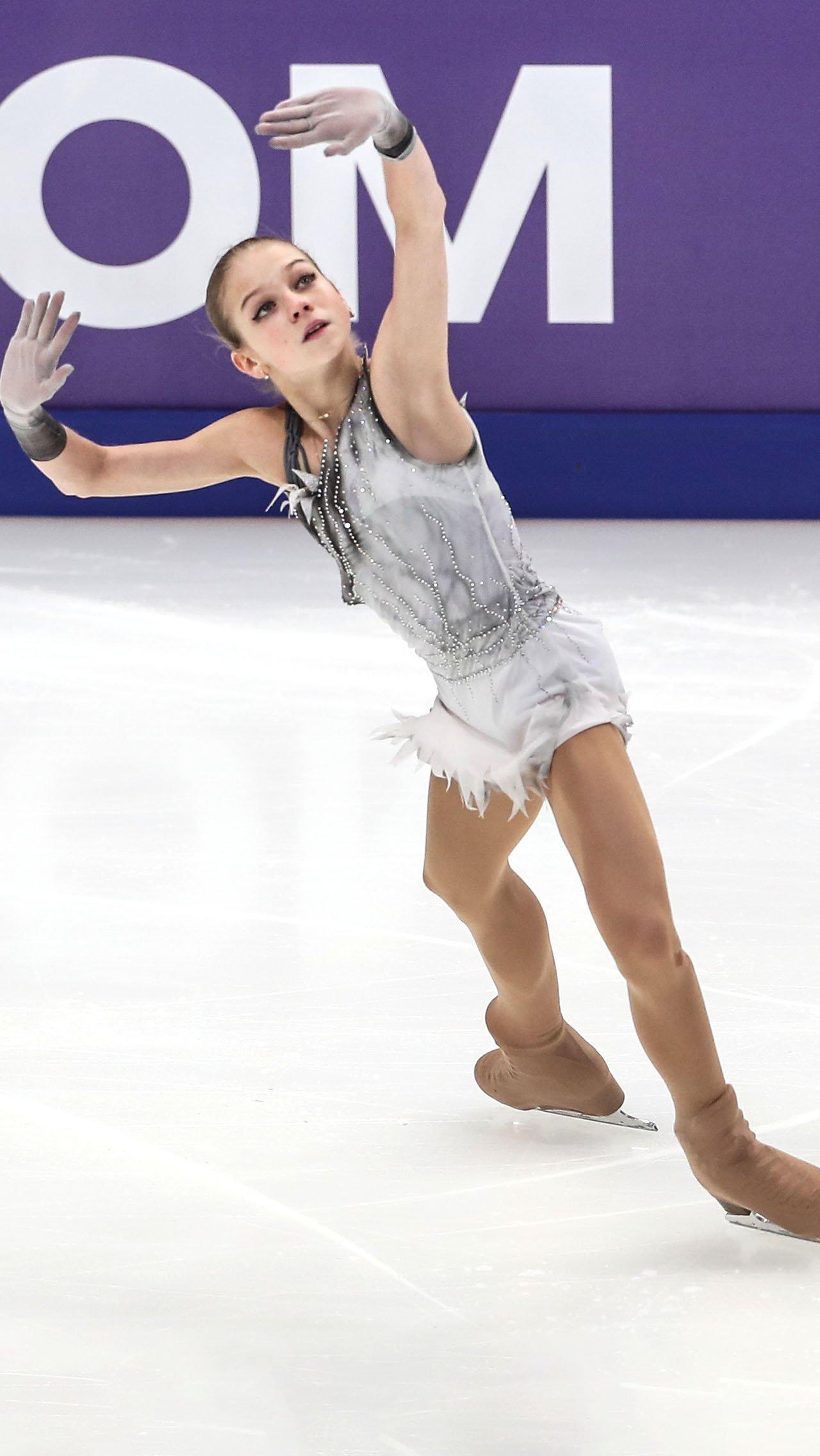 Саша Трусова в первом взрослом сезоне по ходу программы срывала с себя красивую белую юбку и оставалась в коротком сером платье.