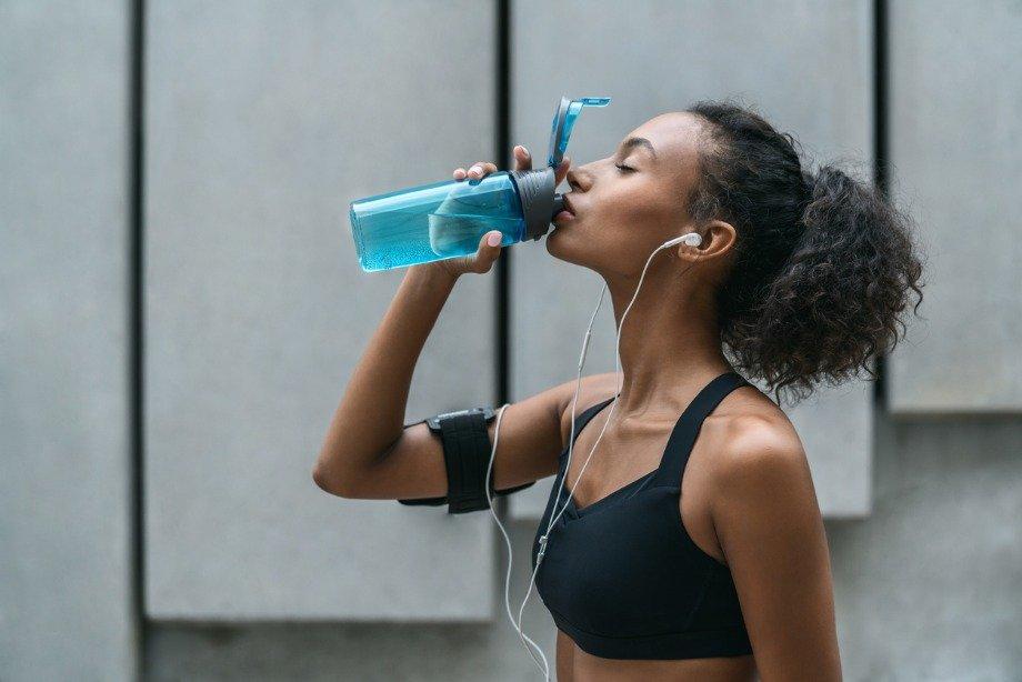 Можно ли пить во время пробежки: сколько воды пить