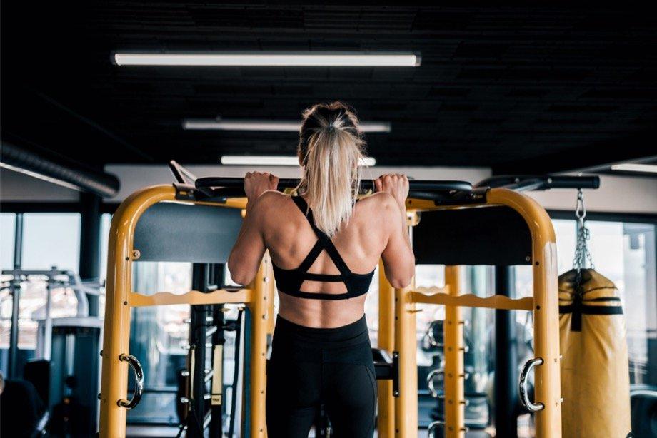 Как научиться подтягиваться: комплекс упражнений для женщин в домашних условиях и в зале, упражнения для мышц кора