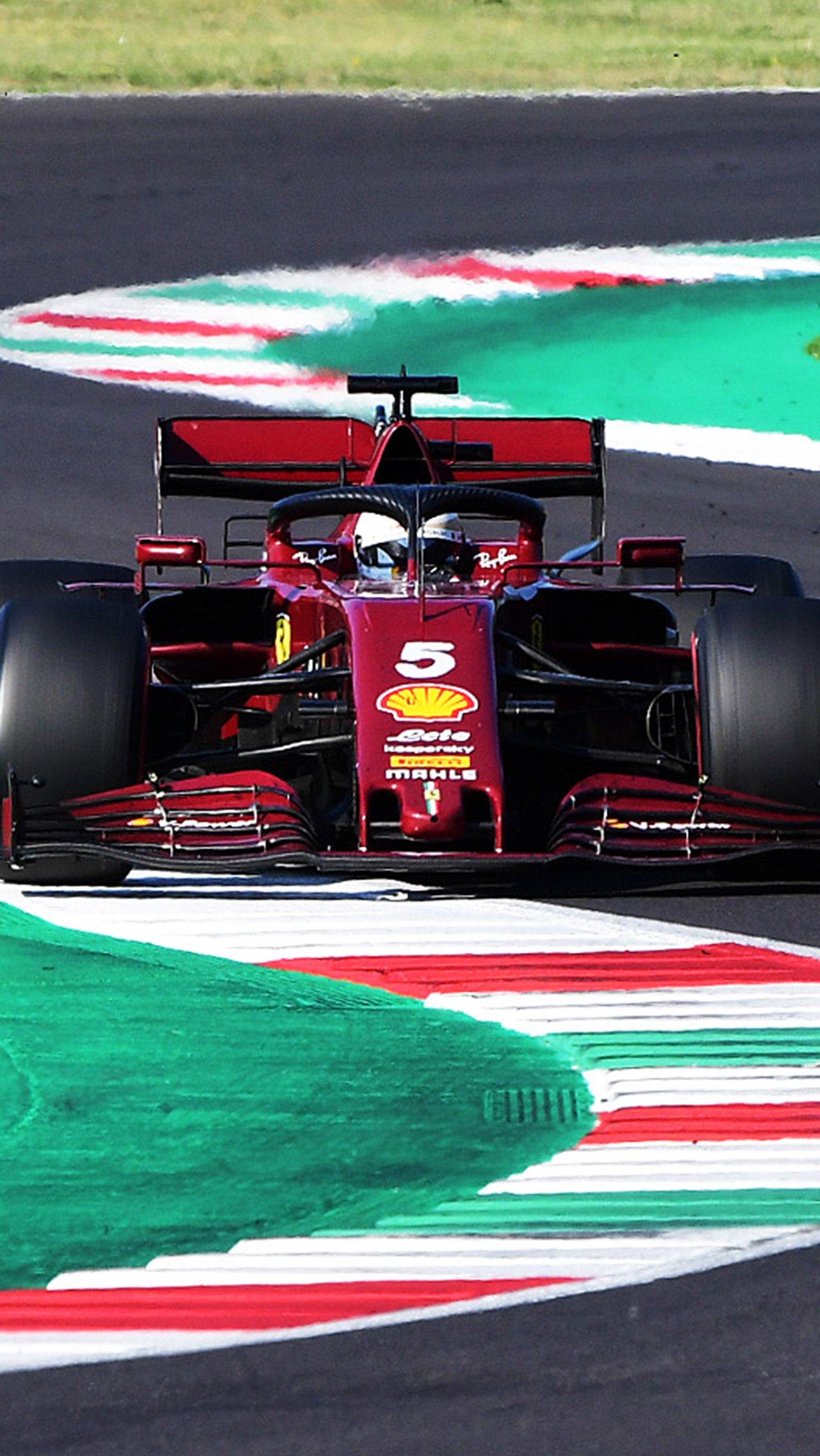 «Феррари» использовала бордовый цвет на своём 1000-м Гран-при в Муджелло. Леклер бодро начал, но откатился на 8-е место.