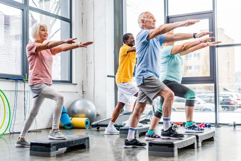 Как тренироваться пожилым, какие упражнения не стоит делать в возрасте, советы тренера