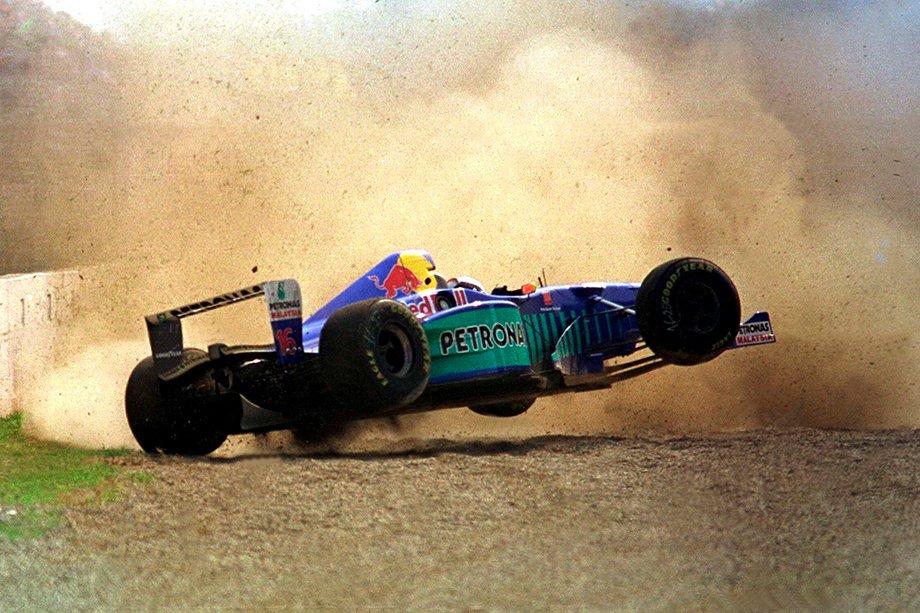 Джонни Херберт летит в отбойник на Гран-при Италии