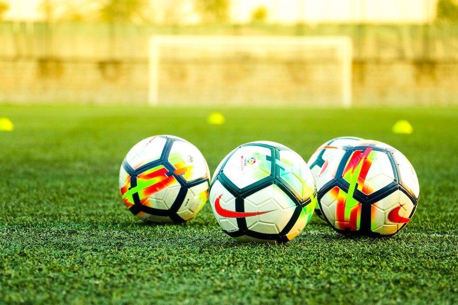 Как научиться набивать или чеканить мяч: пошаговая инструкция
