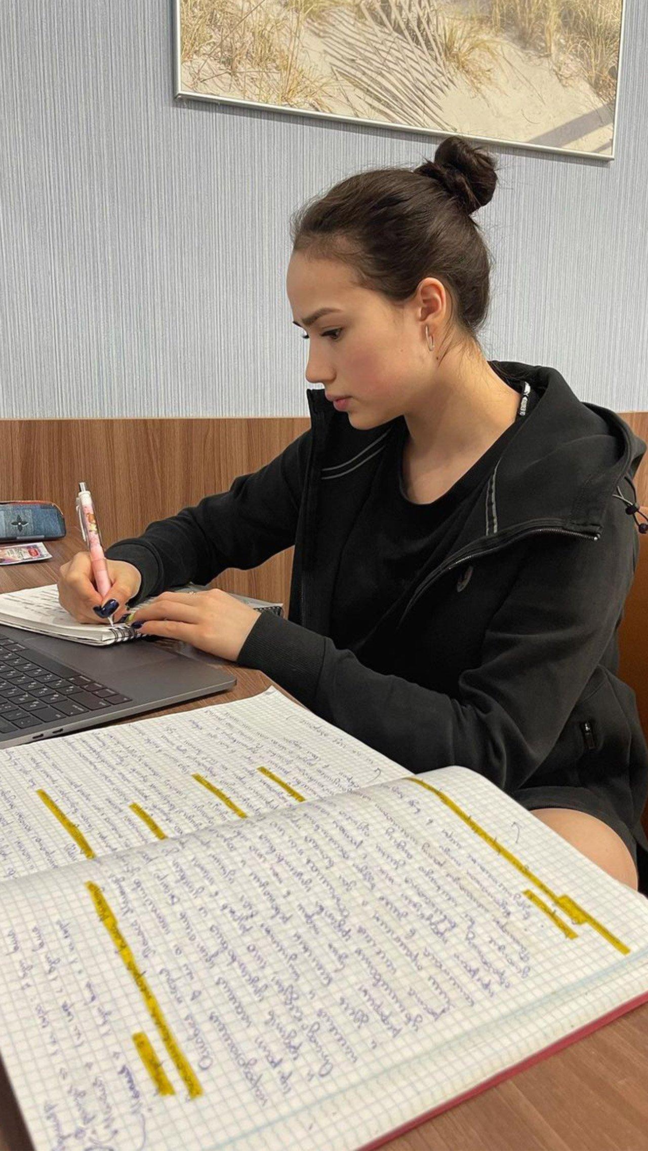 Многие сомневаются, что Загитова сможет уделять достаточное внимание учёбе. «Скоро академиком станет», — иронизируют болельщики.