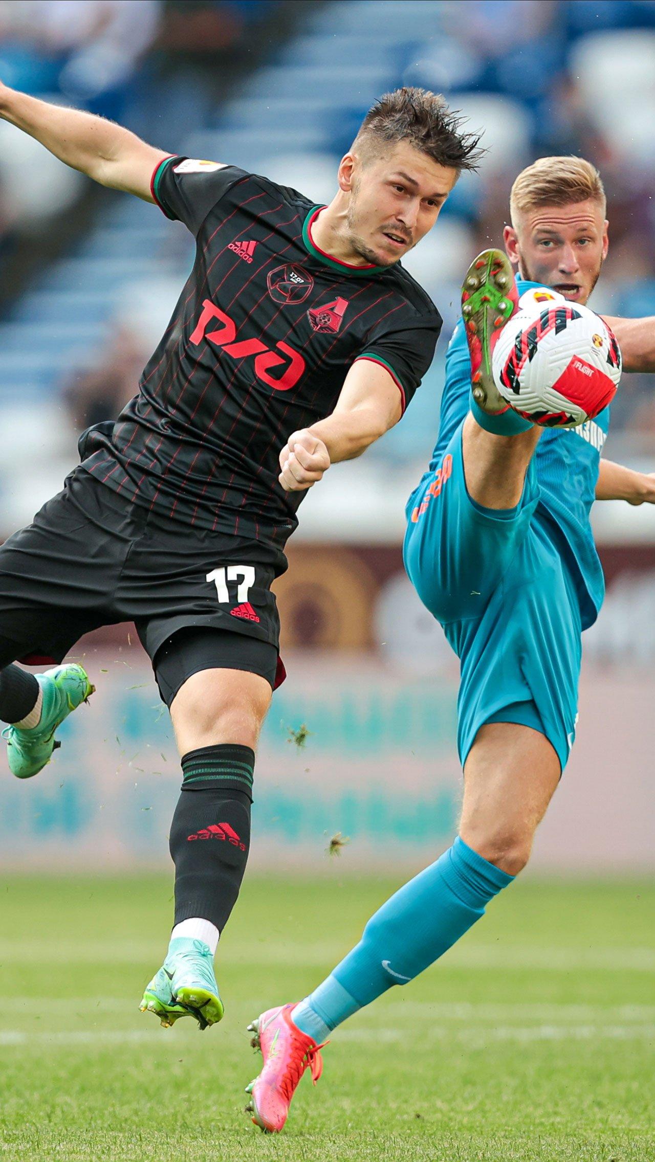 «Локомотив» играл в новой чёрной форме – скованно, вяло и почти без моментов. Чистяков и защита «Зенита» легко справлялись.