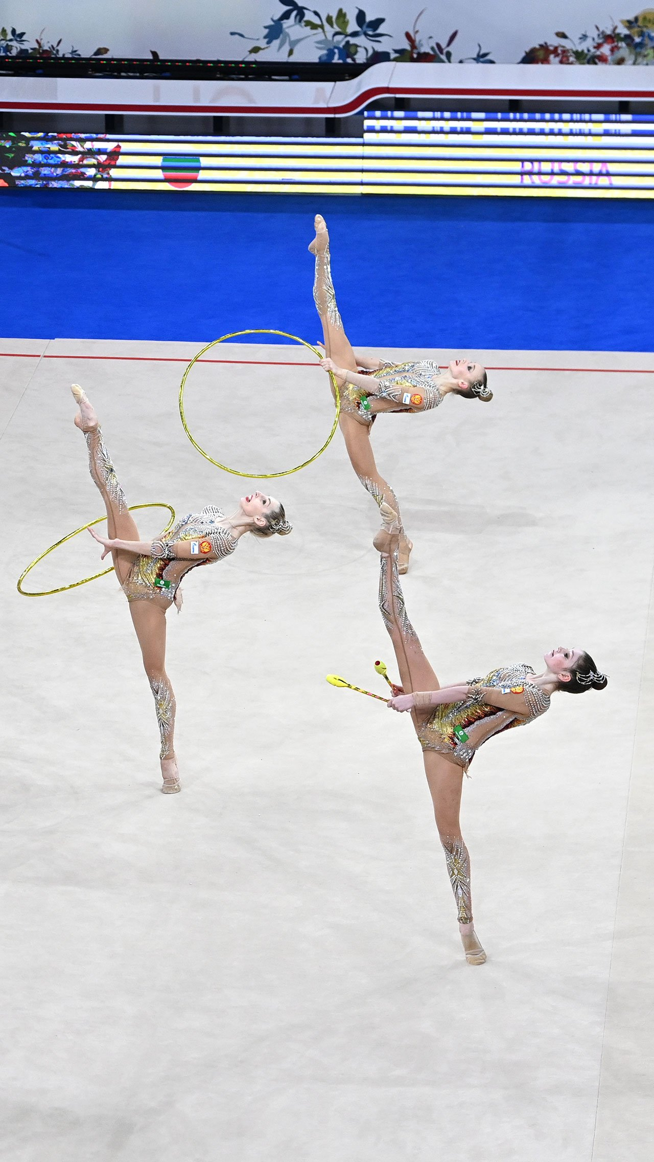 Россиянки выступили неидеально, допустив в обоих выступлениях грубые ошибки. Но за счёт запредельной сложности им удалось завоевать золото с отрывом в 3,6 балла от представительниц Японии.