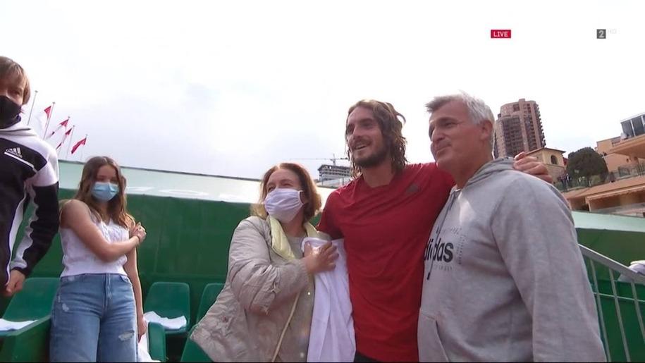Стефанос Циципас после победы в Монте-Карло с мамой и отцом