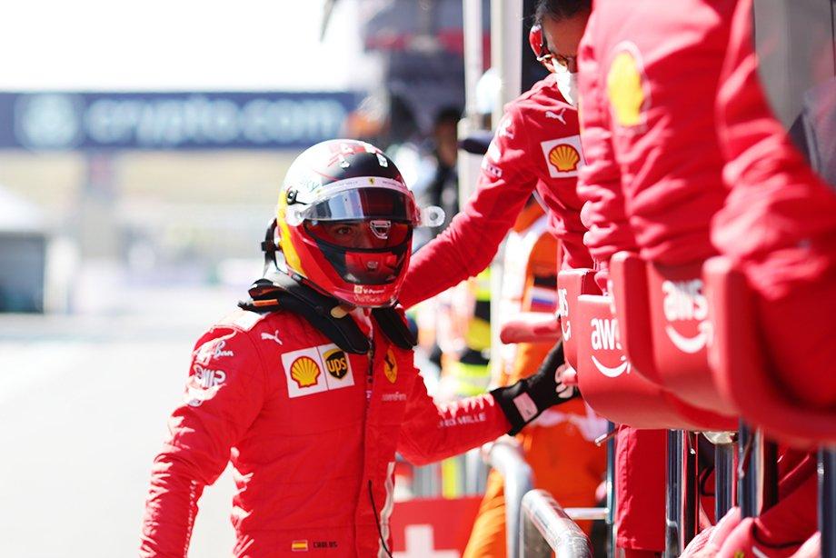 Как выглядит экипировка гонщиков Формулы-1: шлемы, комбинезоны, кроссовки, их характеристики и фото